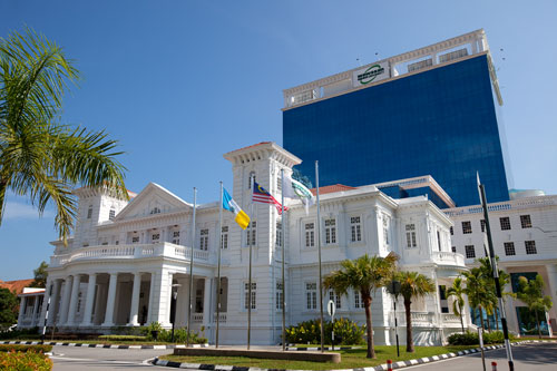 The majestic main campus offers a good learning environment for the full-time students.