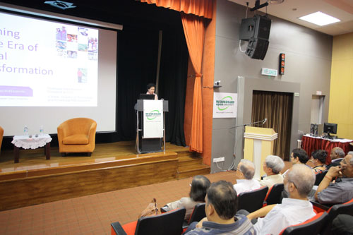 Prof Kanwar introduces the topic of her lecture.