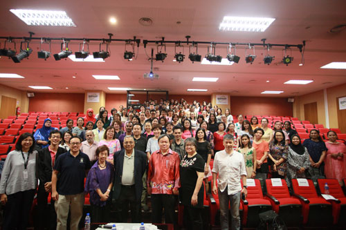 Group photo with the 2 speakers. At right, foreground, is Deputy Vice Chancellor (Research & Outreach) Prof David Ngo Chek Ling.