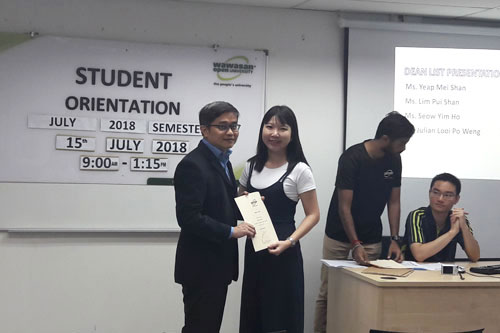 Dr Lee (left) presents the award certificate to Lim Pui Shan.