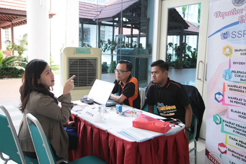 Marketing executives from the Penang State PTPTN Office entertain an inquiry.