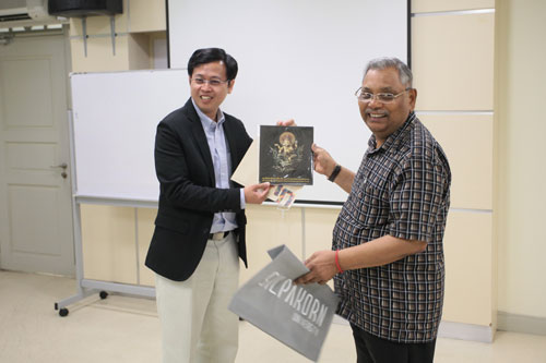 Dr Anirut presents Prof Santhiram with a framed drawing of Lord Ganesha, the emblem of Silpakorn University.