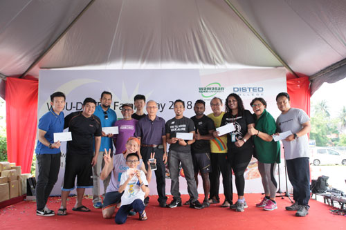 Dato' Dr Ho (centre) with the participants of the kayak race.