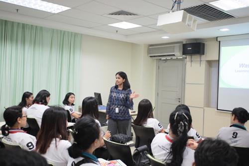 Arathai explains about the University's learning management system.