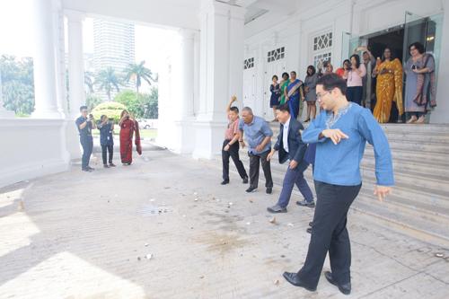 Accomplishing their task - (from right) Dr Andy, Dr Nagarajan (hidden), Yeong, Prof Santhiram and Chong.