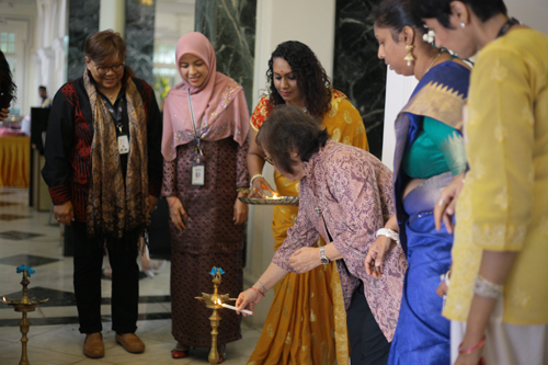 Prof Zoraini lights the oil lamp as Fauziyah (left), Rabikha (2nd from left), Lalitha and Dr Gurdip (right) wait their turn.