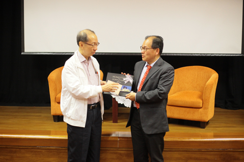 WOU Board of Governors Chairman Tan Sri Dr Koh Tsu Koon (left) presents a token of appreciation to Prof Tan.