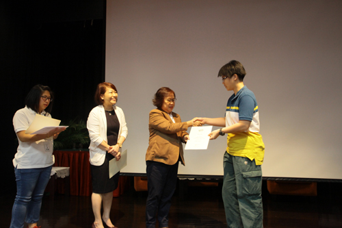 Presentation of Dean's List award to a student from the Penang Regional Centre.