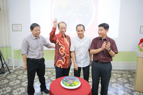The home-made jelly cut by (from right) Mr Yeong, Dato' Seri Stephen Yeap and Dr Koh.