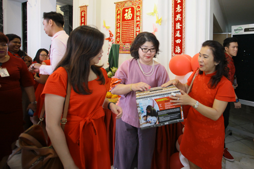 Grace Lau (centre) receives donation from the staff of Heng Lee Group.