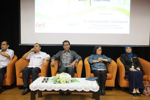 Abdul Rashid (centre) with WOU Acting Vice Chancellor Prof Zoraini Wati Abas.
