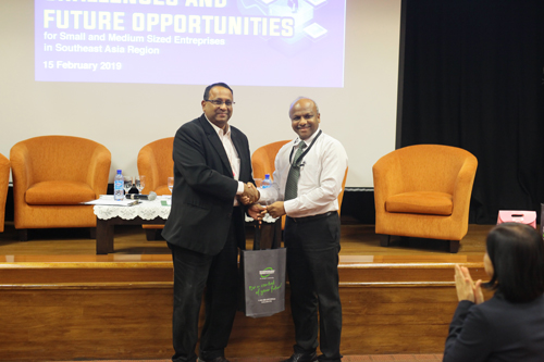 Prakash arumugam, Acting dean of wou's school of business & administration, presenting a token of appreciation to kalai selvan.
