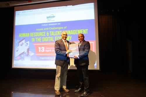 Prakash presents a token of appreciation from the University to Parameswaran.