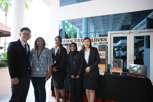 Senior Lecturer Lalitha Ramasamy (2nd from left) with Hann Tech Gloves, who won the Team Excellence award.