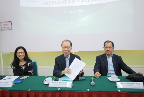 Tan Sri Dr Koh (centre) flanked by WOU Sdn Bhd Chairman Dato' Seri Stephen Yeap (right) and WOU Chief Executive and Vice Chancellor Prof Lily Chan.