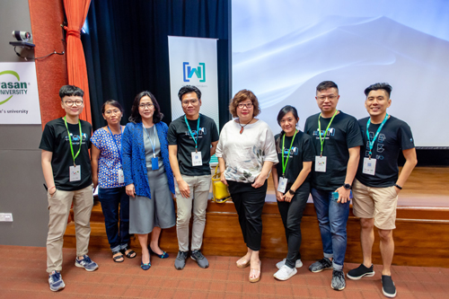 WOU's Student Relations and Publishing Director Grace Lau (4th from right) with Dr Bong (3rd from left), Learning & Library Services Head Chew Bee Leng (2nd from left), Jason Seah (4th from left), Vin Lim (right) and others from the GDG.