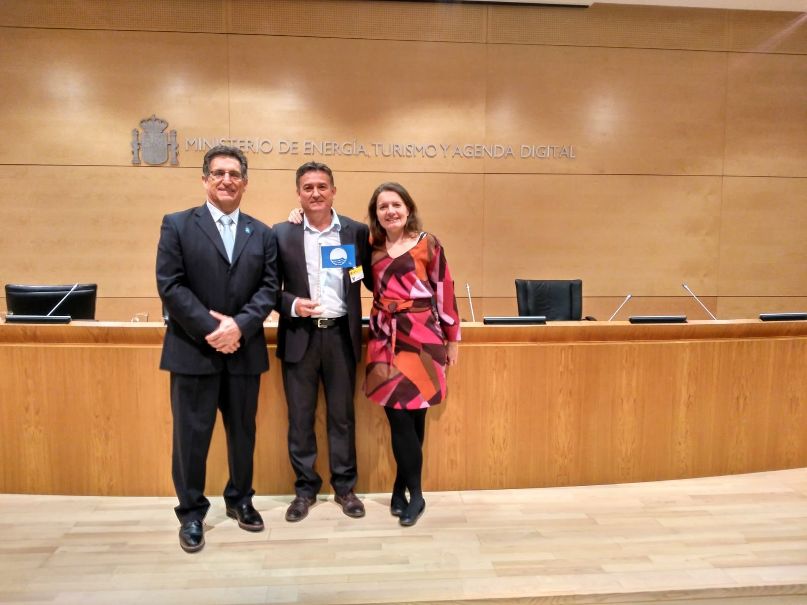 From left to right: Jose Palacios (VicePresident of ADEAC), Cayetano Ramos (Major of Orellana la Vieja, the first Blue Flag in continental waters in Spain) and Virginia Yuste (National Operator for Blue Flag in Spain).