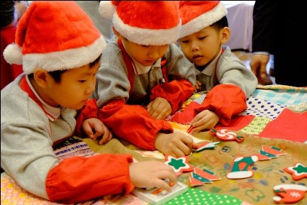 To promote recycling to next generation, the volunteers from the hotel joined local students to develop some creative Christmas decorations made of up-cycled materials.