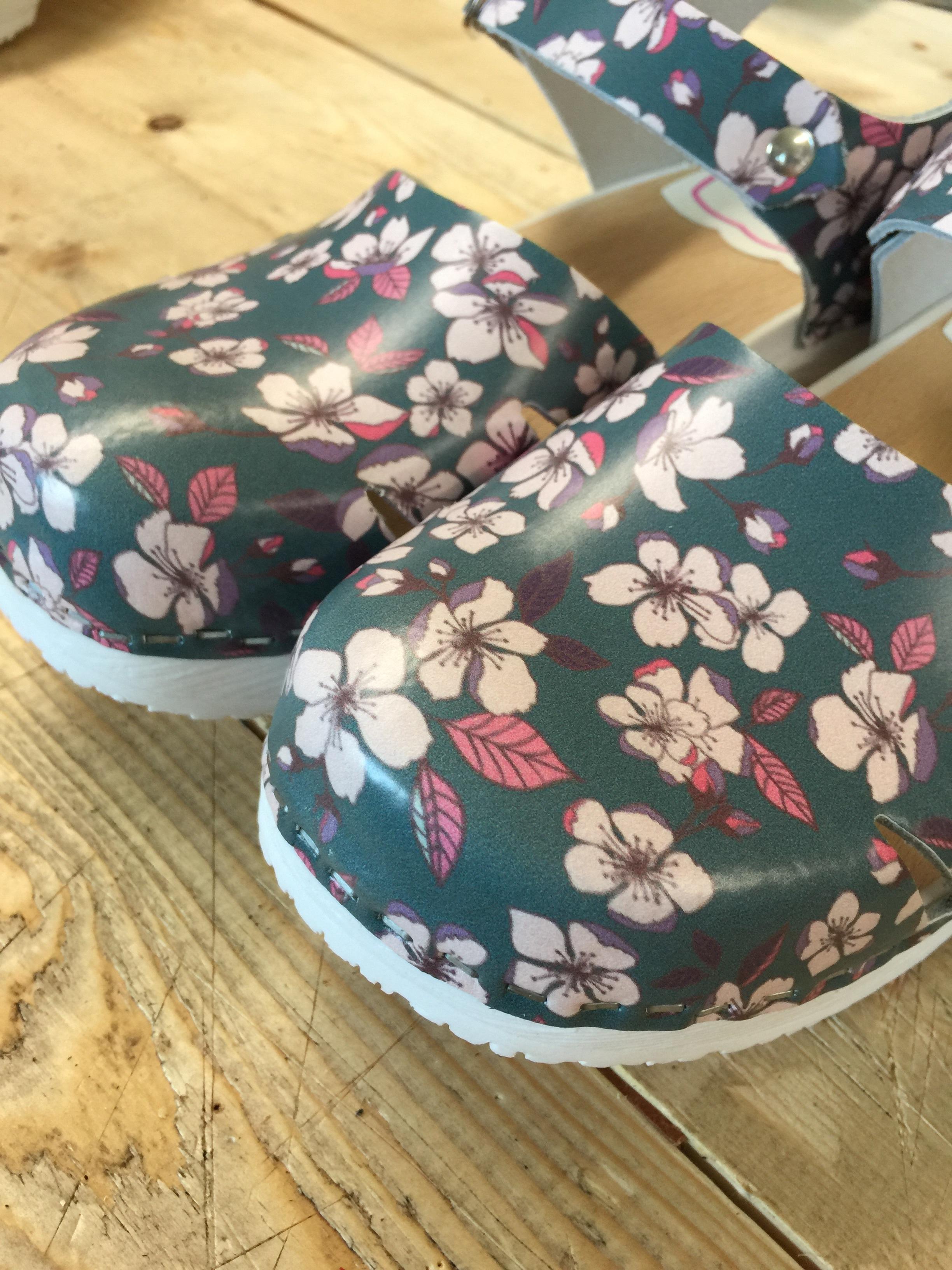 Min vän Dojjans Shoebusiness har gjort tre tofflor av provskinnen. Sååå kul att få se sitt mönster på riktiga produkter. Här i favoritfärgen Petrol.