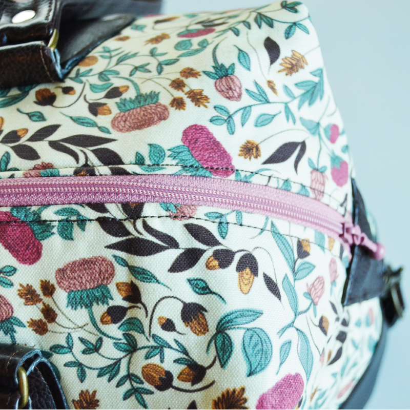The long zipper for the main compartment opens wide for an easy access. The pink color matches perfectly with the pink blossoms, don't you think? :-)