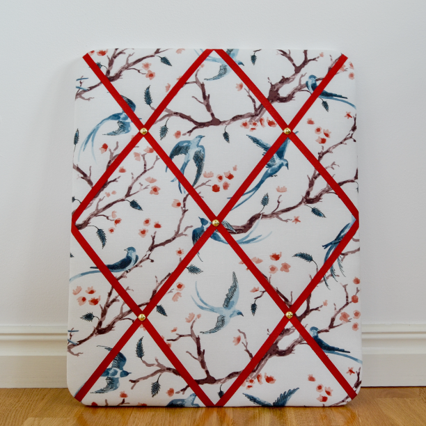 Pattern design Wings & Tails with birds, branches and delicate blossoms on a white base and red ribbons. Measures 40x50 cm.