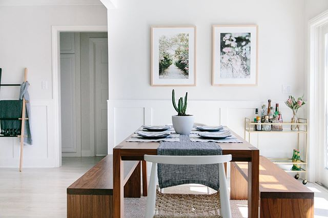 +++ CALL TO ARTISTS+++ Are you a PAINTER, VISUAL ARTIST, or PHOTOGRAPHER who would like to partner with Eventide Collective? Tag yourself below or tag your work with #eventideart to join photographers like @posyquartermanphotography and @lindseyockerphoto whose prints perfectly compliment this light and airy dining space designed by @haleyweidenbaum 📷 by @jilliansipkins