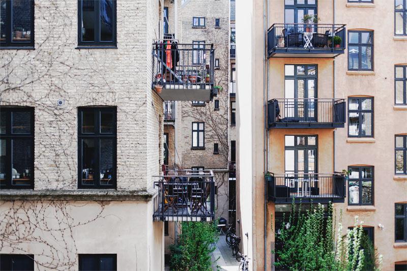 Med Næralarm i lejligheder har I hjælpen med tæt på. Går alarmen i én lejlighed, går den også i de andre.