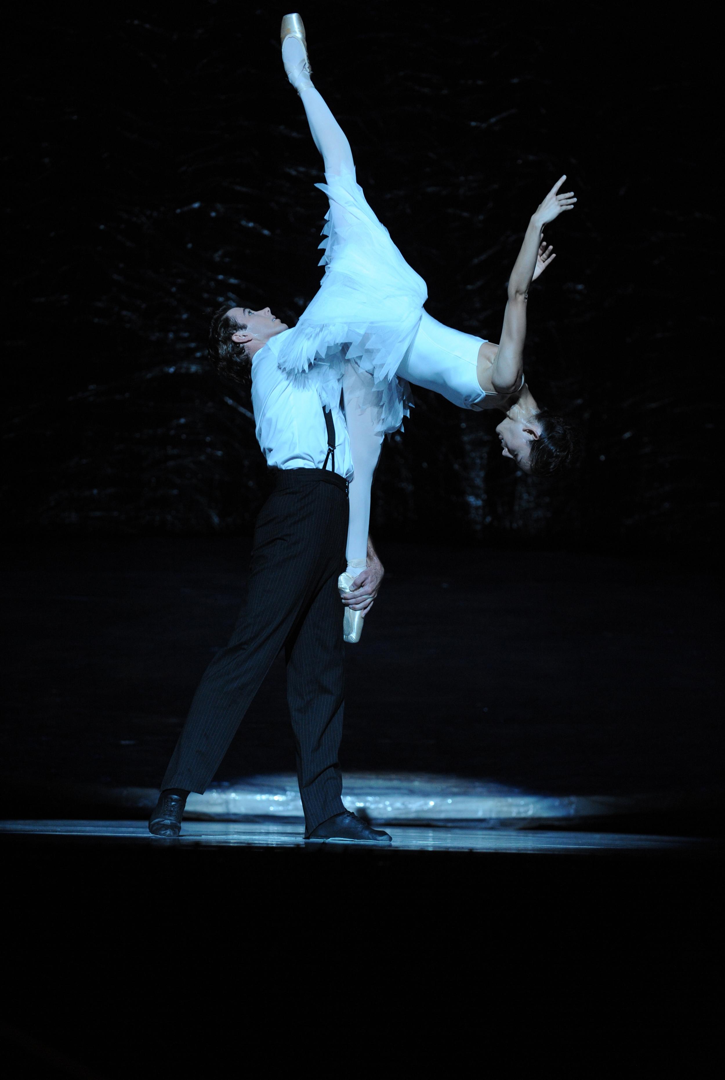 Juliet Burnett as Odette with Rudy Hawkes as Siegfried in Graeme Murphy's Swan Lake
