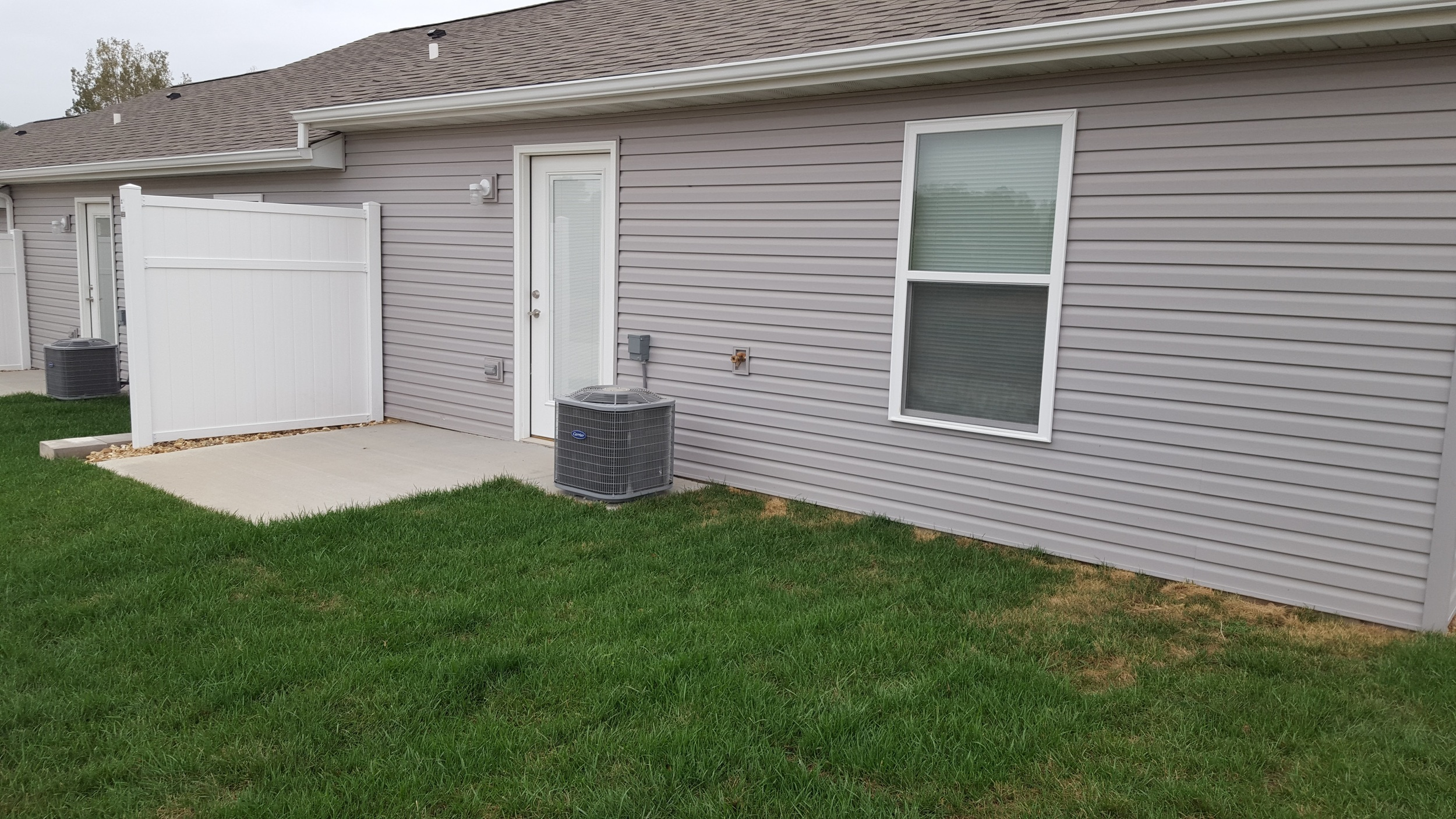 2 bedroom back patio and yard
