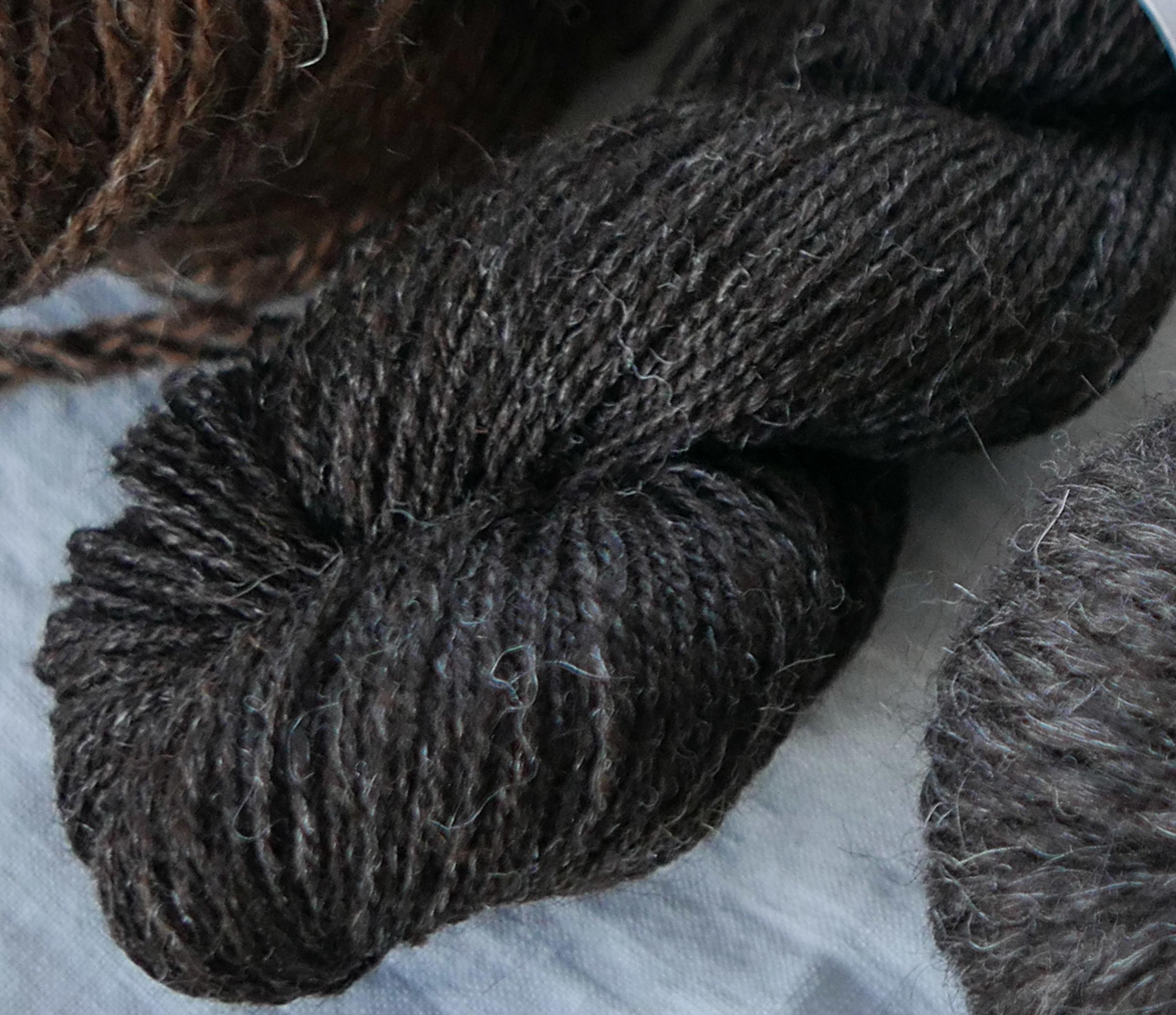 To tråds garn av grå trøndersau