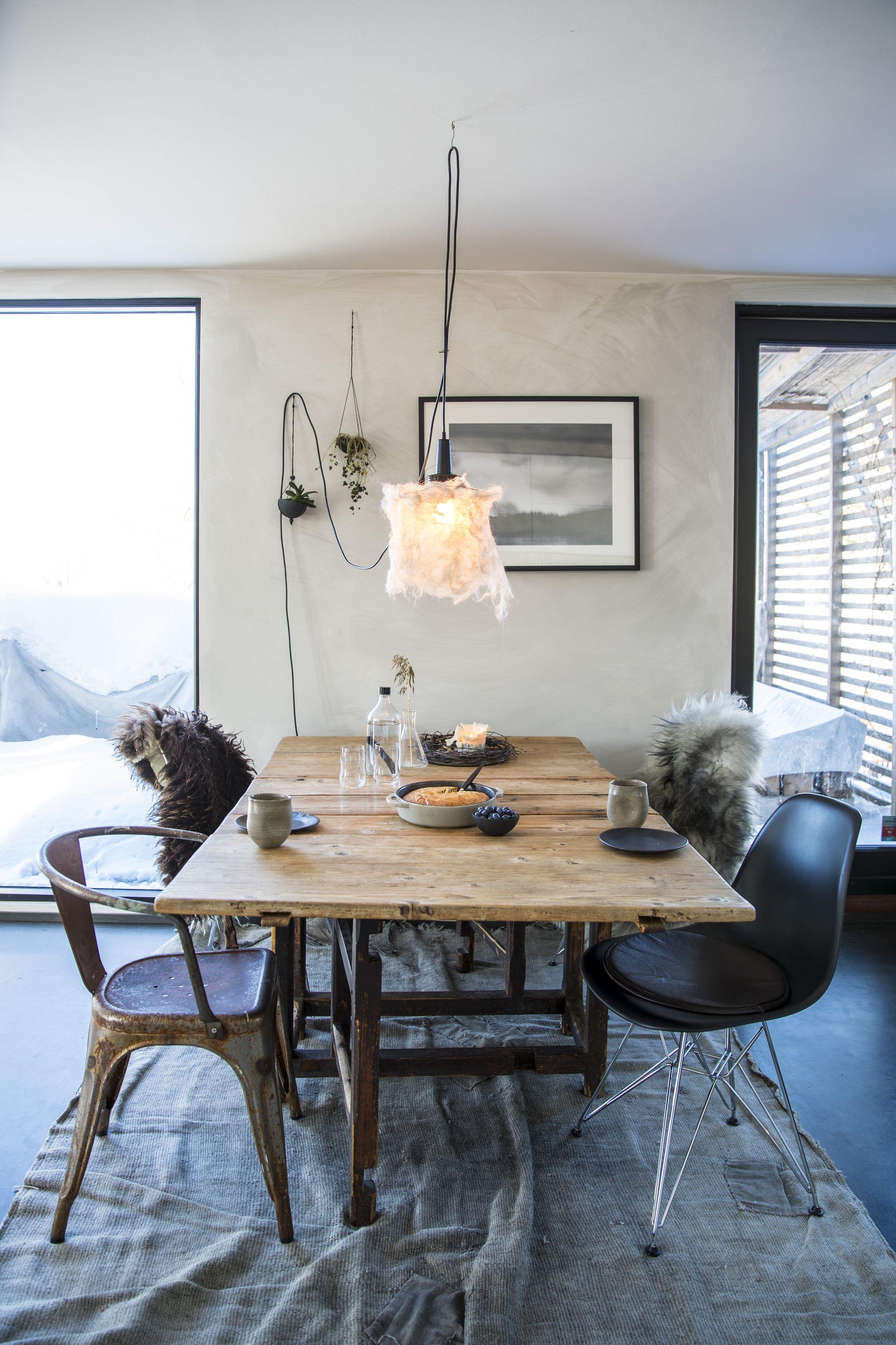 FOTO: Ruud, Vidar / NTB scanpix   MILJØVENNLIG: Veggen er malt med kalkmaling, gulvteppe er laget av resirkulerte tepper og farget med naturfarger. Bord og stoler er kjøpt brukt.