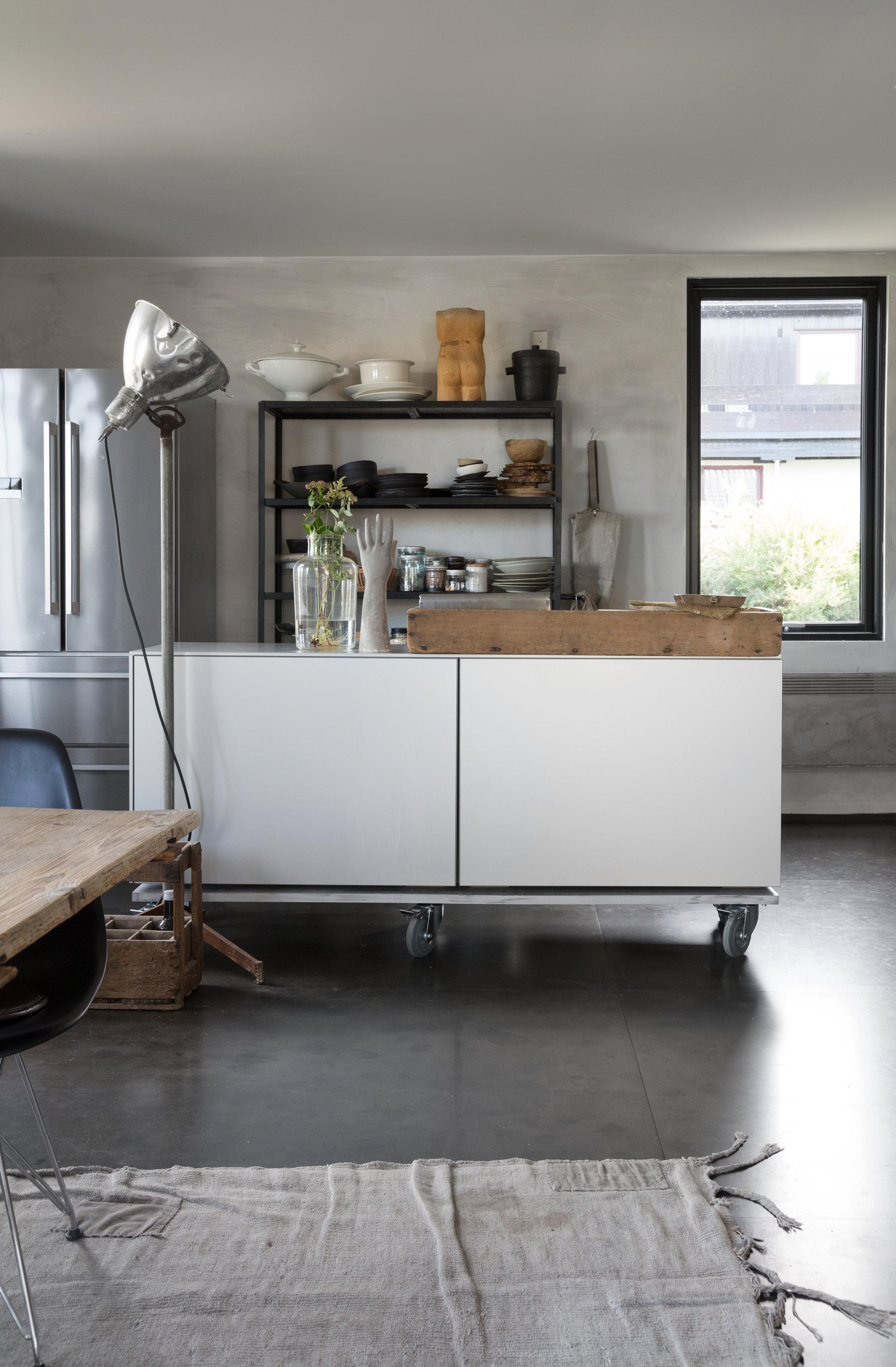 Kjøkkenøya i aluminium er fra Bulthaup og er et bruktfunn.  Den er satt på hjul for å gi større fleksibilitet.