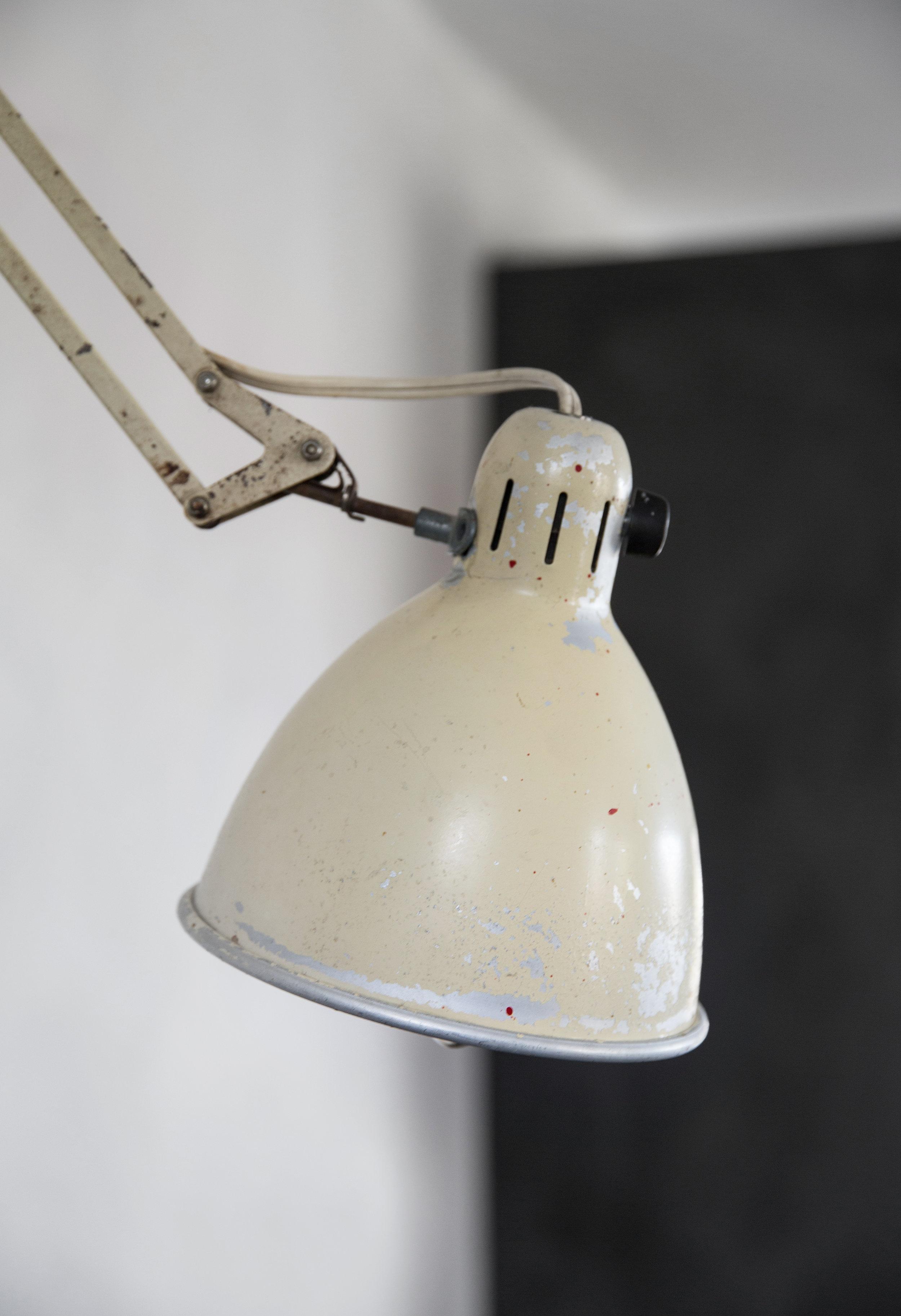 En gammel arkitektlampe, et loppisfunn fra Sverige, er fint som arbeidslys over kjøkkenbenken.