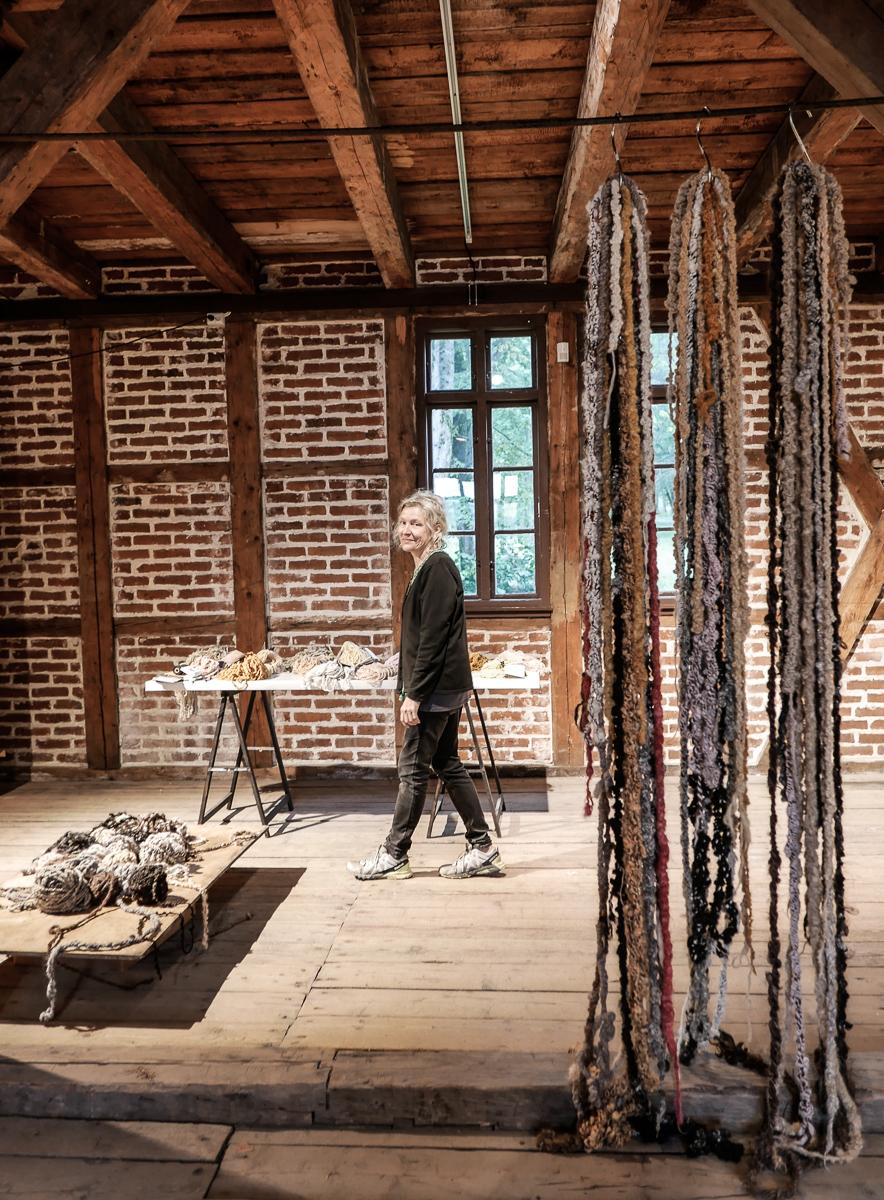 Anne Karin spinner og plantefarger ull til de mest fantastiske lenker. Bordet hennes bugner av myk, deilig skjønnhet som du kan få kjøpt.