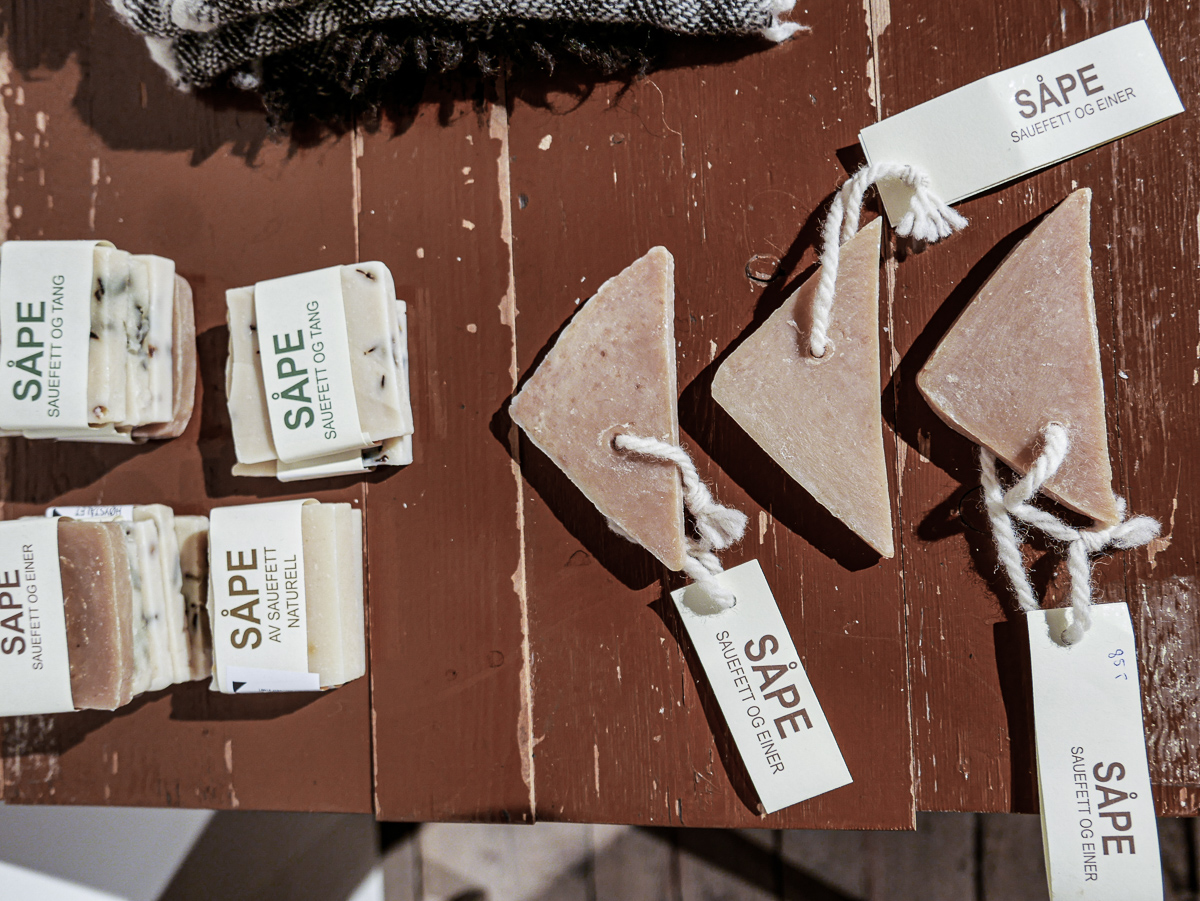 Håndlagde såper med ullfett, urter, tang og planter fra Lofoten