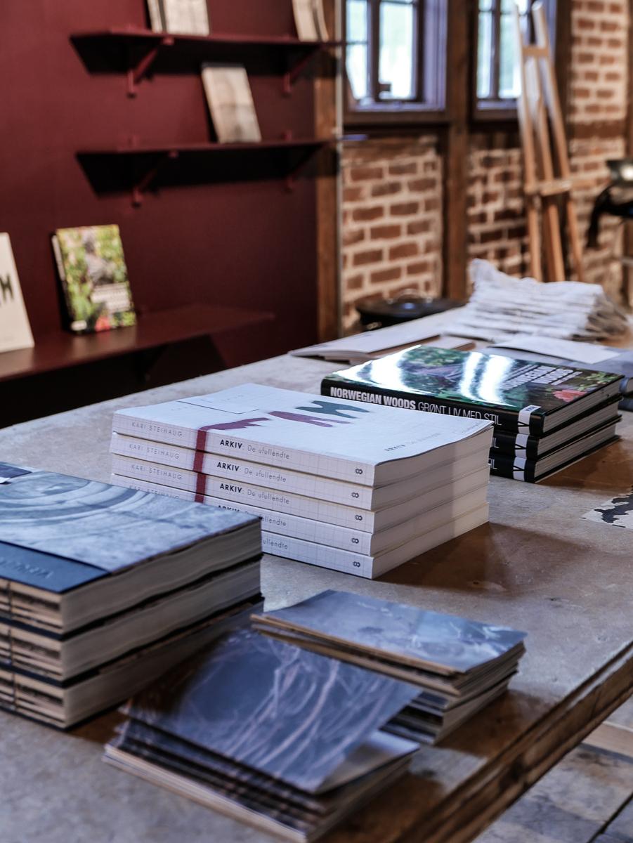 Vi har satt opp et eget bokbord med nydelige bøker med flott innhold. Ta gjerne med deg et bla eksemplar bort i sofaen og nyt en rolig stund.