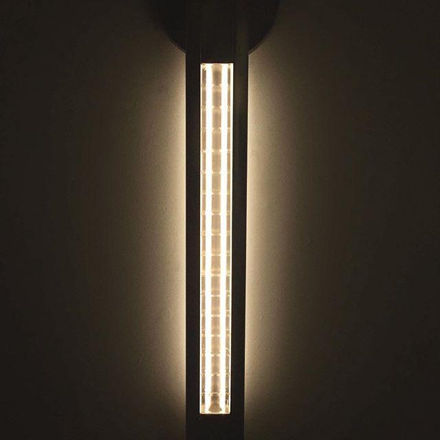 Night lines with the Yakata Sconce. . . . . . . . . . . . . . #contemporarylighting #modernchandelier  #linelight #linearlight #modernlighting #architecturallighting #moderninteriors #scandinaviandesign #scandinavianinteriors #bespokelighting #luxuryfurniture #highendmodern #minimalistdesign #minimalistlighting #minimalistchandelier #luxuryminimal #daikonstudio #daikonic