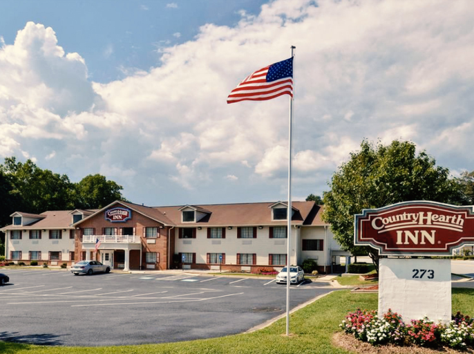 COUNTRY HEARTH INN - The non-smoking Country Hearth Inn welcomes our guests to Toccoa with free continental breakfast and free internet access. 38 rooms. Some units are suites with expanded seating areas and jetted tubs.