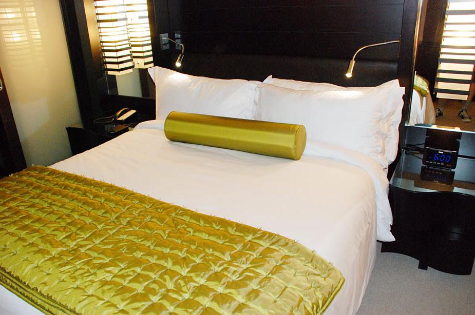 DELUXE STUDIO POOL BELLAGIO CITY STRIP VIEW BED.jpg