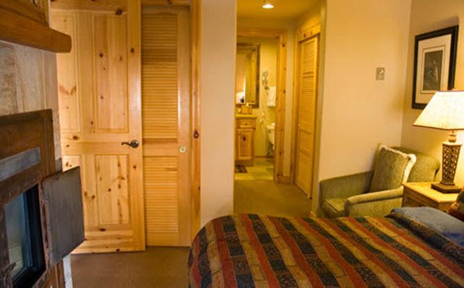 CabinQueen Room.jpg