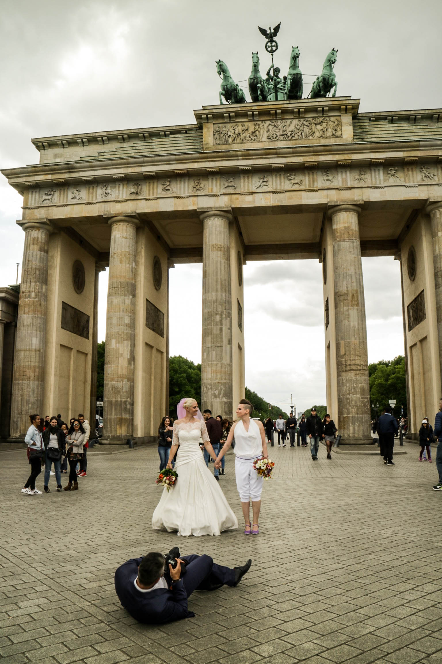 wedding photos for the happy couple in front of the brandenburg