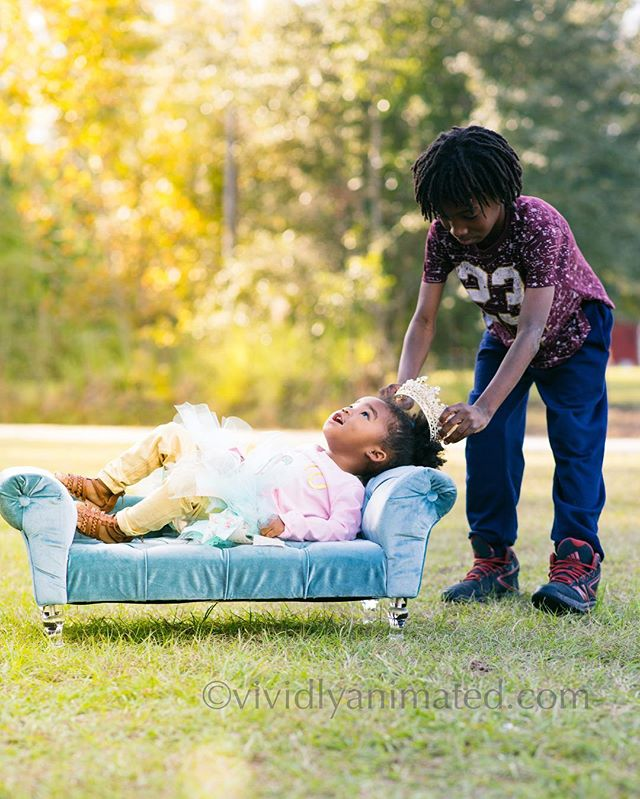 Sibling love ❤️ once upon a time there was a princess named Demia #crown #princess #siblings #candidchildhood #letthekids #thesnapsocietydailyfav #childhoodunplugged