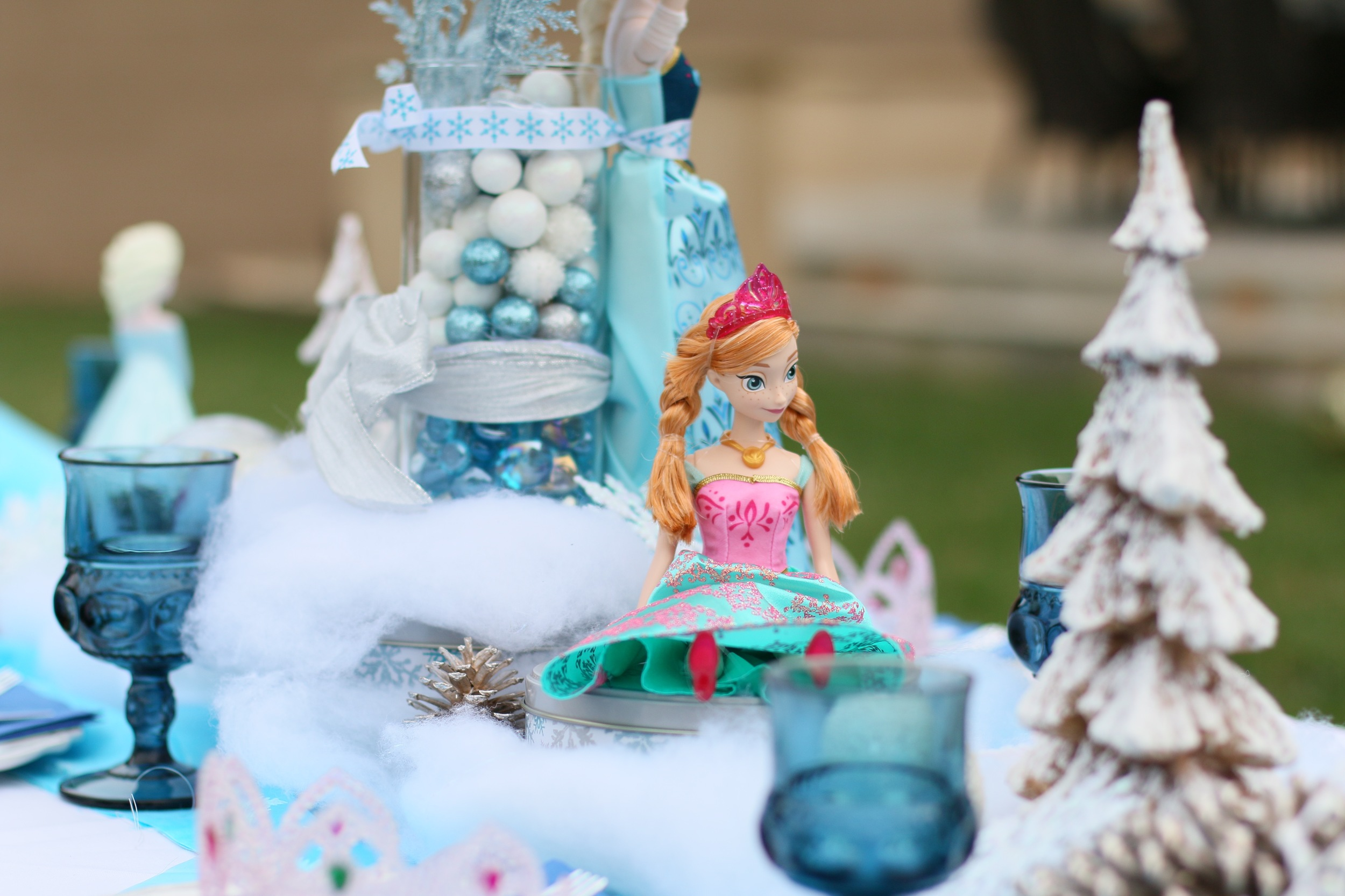 Anna & Elsa centerpieces for rent for your Frozen Party! @inJOYtheParty