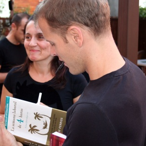 Tim Ferriss firmando libro