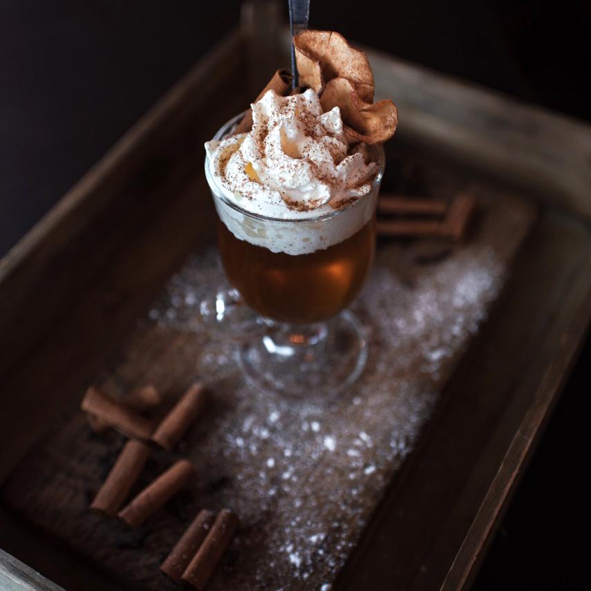 Lyktans vinterdrink - Sjud solskensmust med kanelstång och färsk ingefära. Sila av och servera med Irländsk whisky och lättvispad grädde.Recept och bild: Restaurang Lyktan.