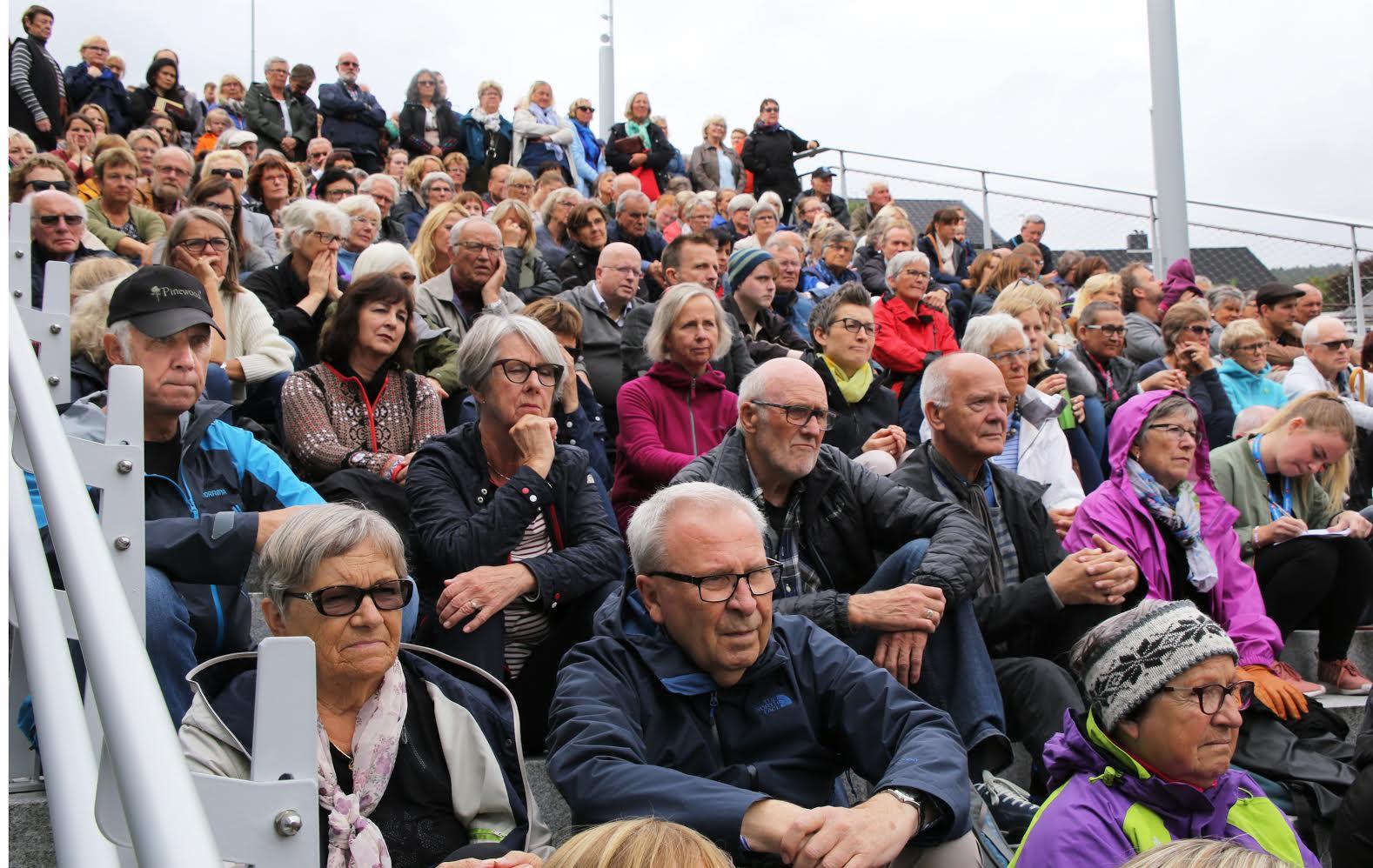 Trappa foran utePlassen var full før åpningen av årets Bjørnsonfestival. Alle foto:Sven Erik Skarsbø.