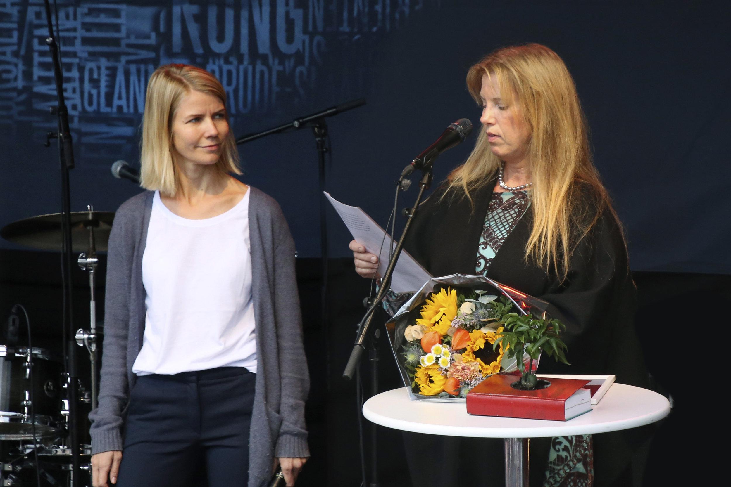 Bjørnsonstipendvinner:  Therese Tungen mottok årets Bjørnsonstipend av Trine Stensen, leder av Bokhandlerforeningen. Foto: Sven Erik Skarsbø