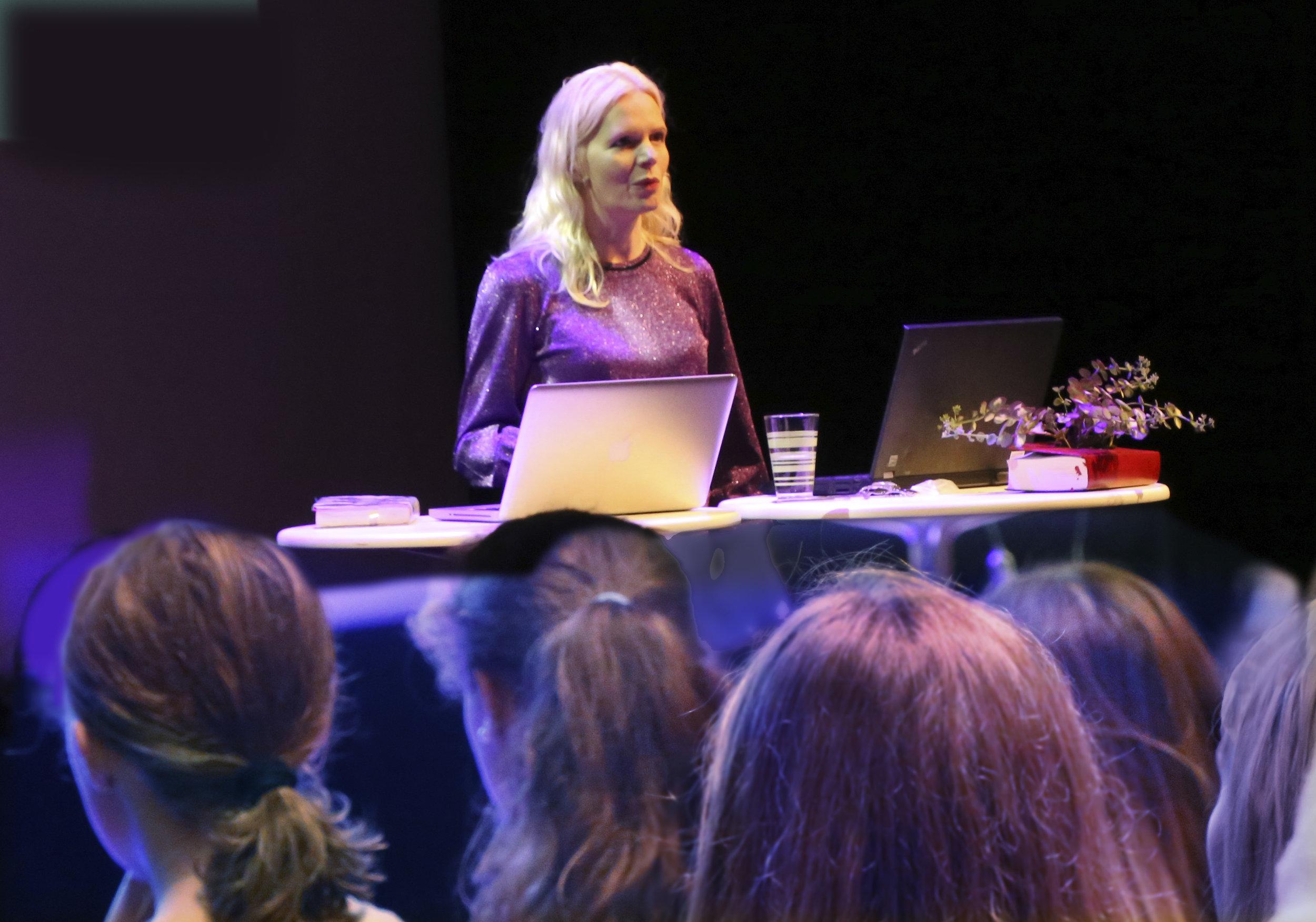 Innsyn til ungdommen:  Marte Spurkland, som har utgitt boka  Klasse,  hvor hun fulgte et knippe elever gjennom siste skoleår på videregående. Foto: Sven Erik Skarsbø