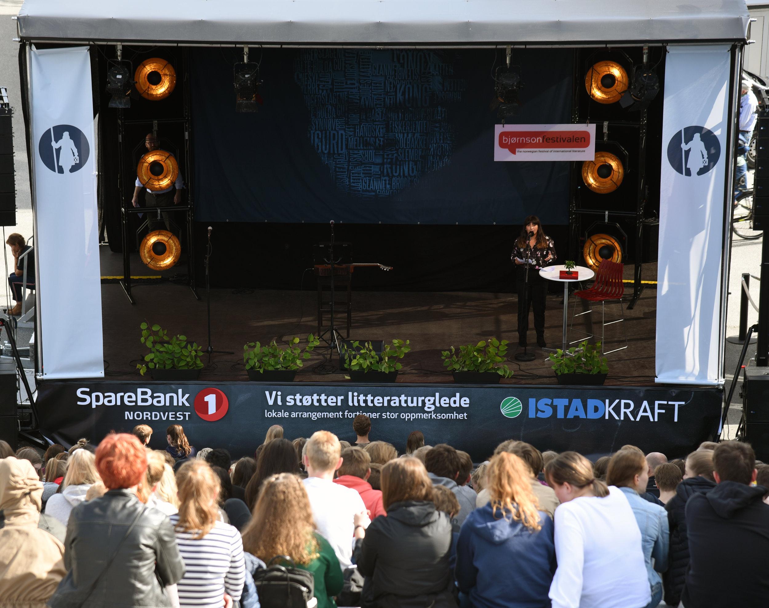 Engasjert ungdom:  Mange ungdommer hadde møtt frem for å få med seg de 6 beste talene i talekonkurransen Ta ordet! på utePlassen. Foto: Øystein Eik