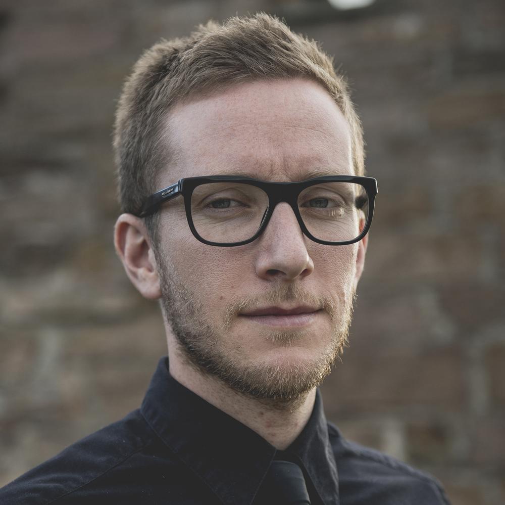 LARS PETTER SVEEN  er oppvokst i Fræna. Han studerte bibliotek– og informasjonsfag ved Høgskolen i Oslo fra 2008–10. I perioden 2006–07 studerte han ved Skrivekunst-akademiet i Hordaland og han har bachelor i historie. I 2011 arbeidet Sveen på Torshov filial ved Deichmanske bibliotek i Oslo.  I 2008 debuterte han med novellesamlingen Køyre frå Fræna, som ble belønnet med både Tarjei Vesaas' debutantpris og Aschehougs debutantstipend. Han ble utpekt som «en lovende norsk forfatter» og mottaker av tilleggsprisen på kr 50 000 av Jo Nesbø, da Nesbø fikk Den norske leserprisen 2008.  For Guds barn (2014) ble Sveen nominert til kritikerprisen, P2-lytternes romanpris, samt Ungdommens kritikerpris. I tillegg fikk han nynorsk litteraturpris for boken.